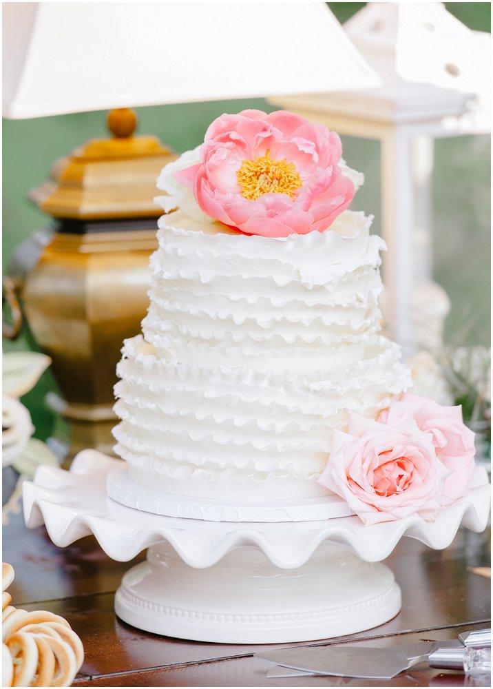 Bryllupskake med volangmønster og blomster
